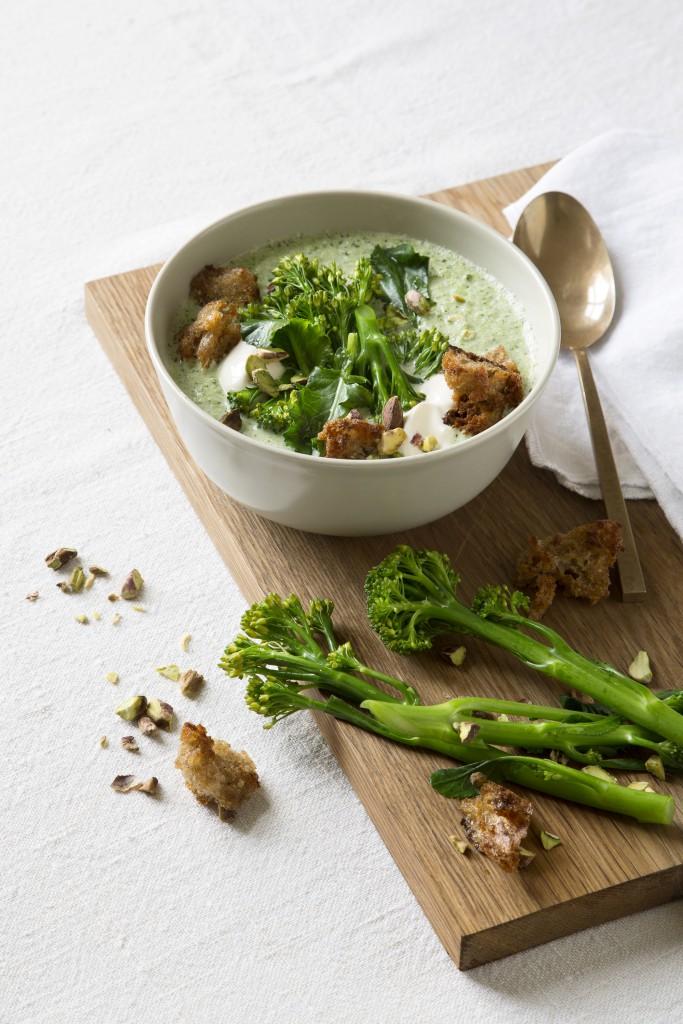 Spis Bedre, fyldig broccolisuppe med pisacienødder og croutoner, Fotografering og Styling Anna Overholdt